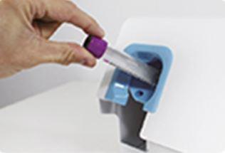 Nach nur 3 Sekunden sind die Blutprobe-Etiketten perfekt ausgedruckt und aufgebracht