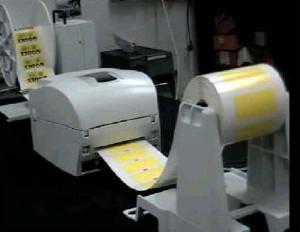 Etikettenaufwickler am Desktop-Drucker