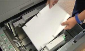 Digitaler Verpackungsdrucker in der Produktion beim Faltschachteldruck
