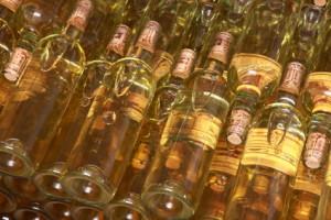 Weinflaschen im Regal,