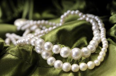 Cross Selling verkauft Perlen zum Abendkleid