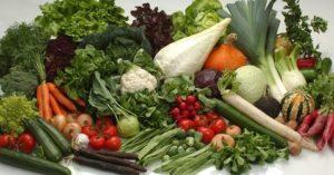 Obst und Gemüse auszeichnen / etikettieren mit einem Drucker an der Waage.