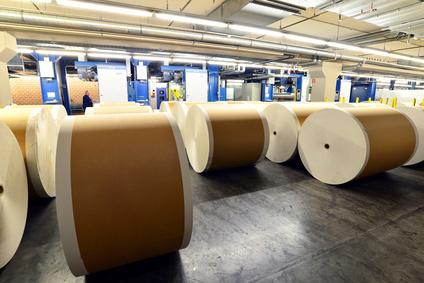 Papierrollen in der Papierfabrik