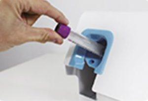 Etikettendrucker beschriften im Gesundheitswesen und bringen Etiketten automatisch auf