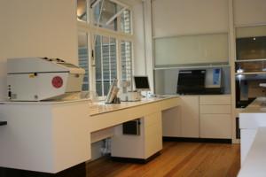 Drucker für Labor-Etiketten. Thermodirektdrucker arbeiten ohne Farbband