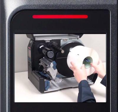 SATO-CL4NX PLUS sind intelligente Drucker und zeigen dem Anwender im Display, wie Etiketten einzulegen sind