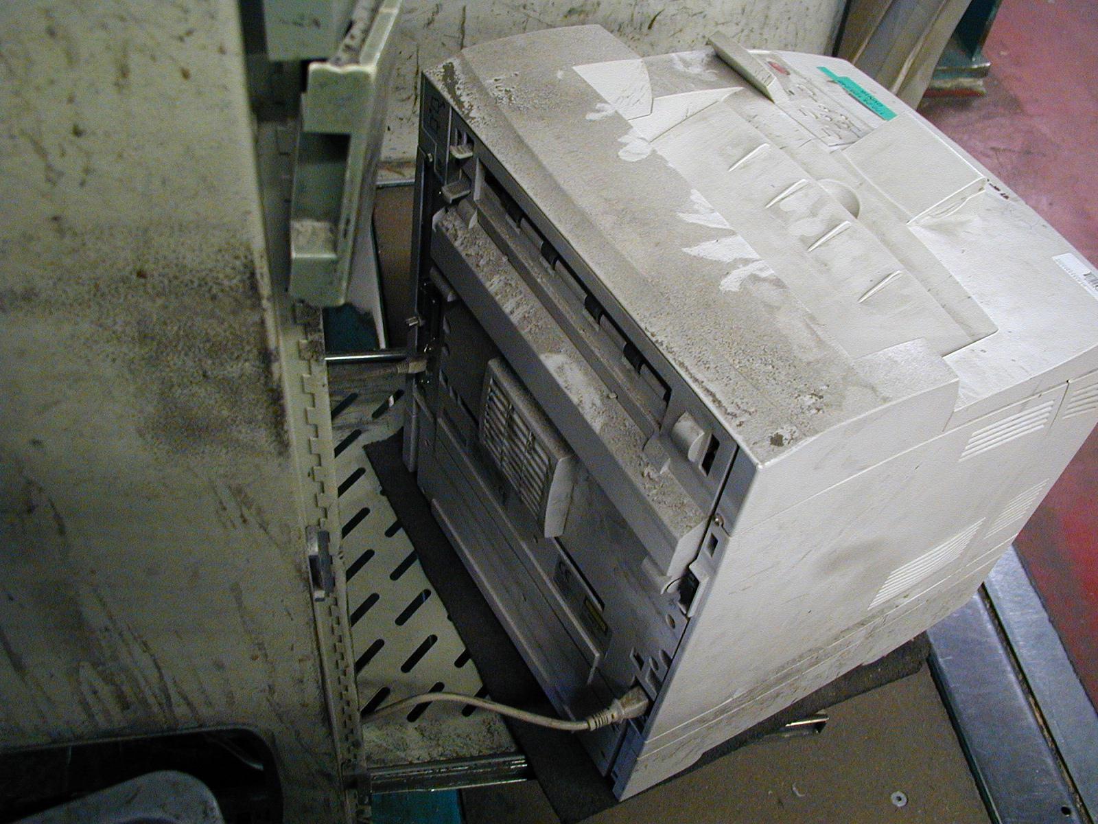 Drucker in Staub und Schmutz