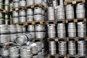 Bierfässer sind Umlaufbehälter. IDENTjet für Etiketten.