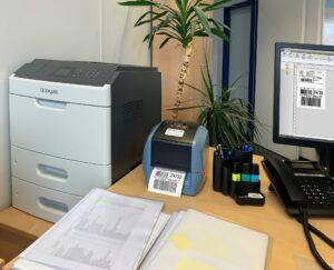 Versandetiketten drucken mit dem IDENTjet D4 auf jedem Schreibtisch